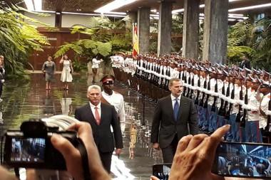 Recibe presidente de Cuba a los reyes de España