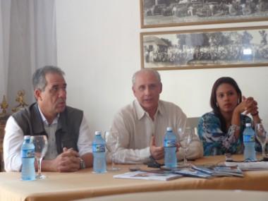 José Carlos de Santiago (al centro) ofrece pormenores a la prensa sobre los premios Excelencias 2017