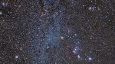 Gemínidas atravesando la zona de la constelación de Oríón, capturadas durante 4 horas la noche del máximo de esta lluvia en 2016. Foto: Celístia Pirineus.