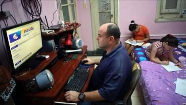 Familia disfrutando del servicio Nauta Hogar