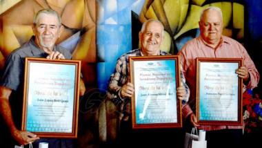 Tres grandes profesionales del periodismo deportivo cubano: Iván López Rodríguez, comentarista y analista deportivo (TV); Juan Moreno Hernández, fotorreportero (JR) y Francisco (Pacho) Soriano, comentarista y analista (Radio y TV MTZ). Foto: Ricardo López Hevia