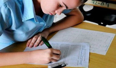 Estudiante realizando prueba de ingreso