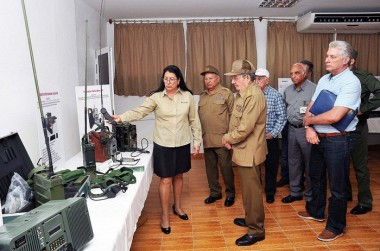 Raúl y los demás dirigentes del país visitaron la EMI Grito de Baire, donde se obtienen productos de alto nivel agregado- vinculado a la defensa del país-, y otros de gran demanda con destino a la economía nacional.