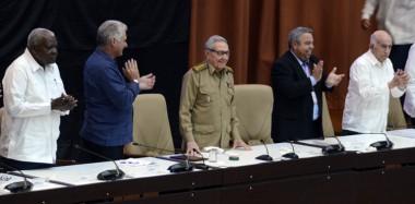 Raúl y Díaz-Canel asisten a clausura del Congreso obrero