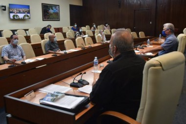 Momentos de la reunión que, encabezada por el Presidente cubano, Miguel Díaz-Canel, chequea a diario el cumplimiento de las medidas adoptadas en el país frente a la Covid-19. Foto: Estudios Revolución.