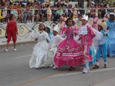 Carnaval infantil en Santiago reverencia tradiciones culturales