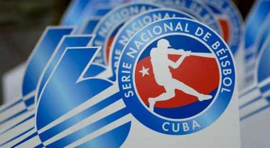 Tope Industriales -Holguín capta atención beisbolera en Cuba