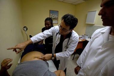 El doctor internacionalista cubano, Omar Fernández, en Venezuela