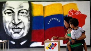 Imagen de Chávez, bandera venezolana y mujer votando en elecciones