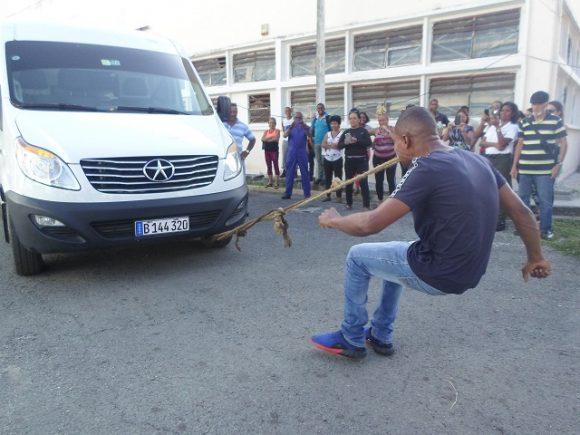 yasmani fonseca estrada mueve carros con la boca 580x435