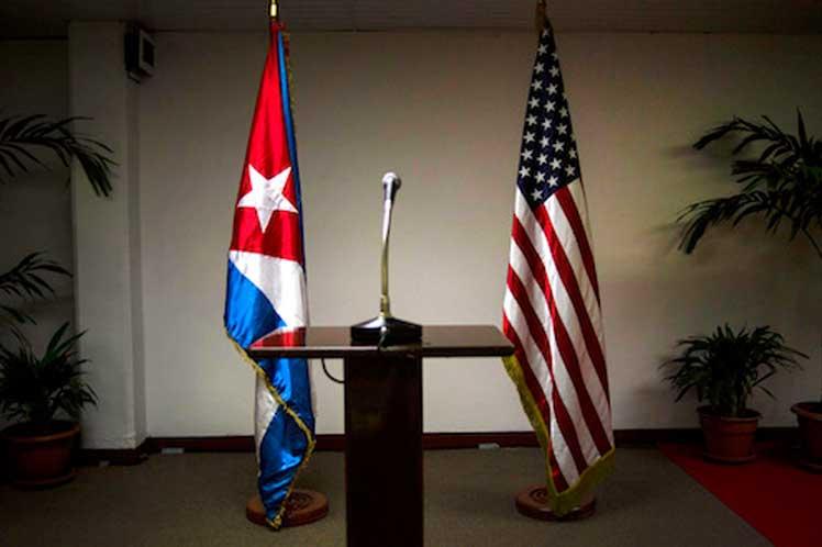 Banderas de Cuba y Estados Unidos.